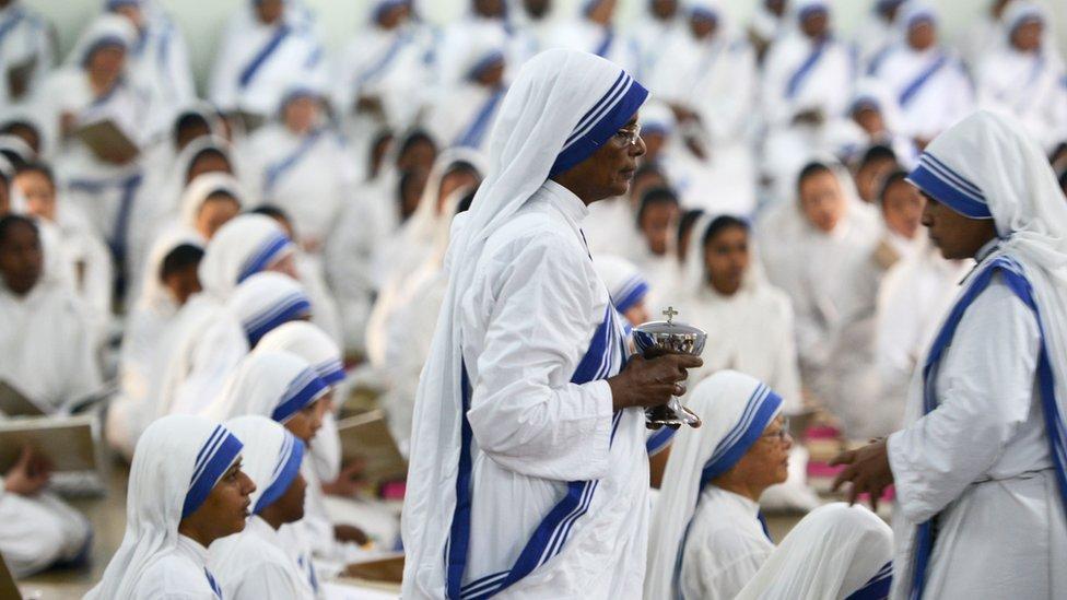 Monjas indias de la orden católica de las Misioneras de la Caridad.
