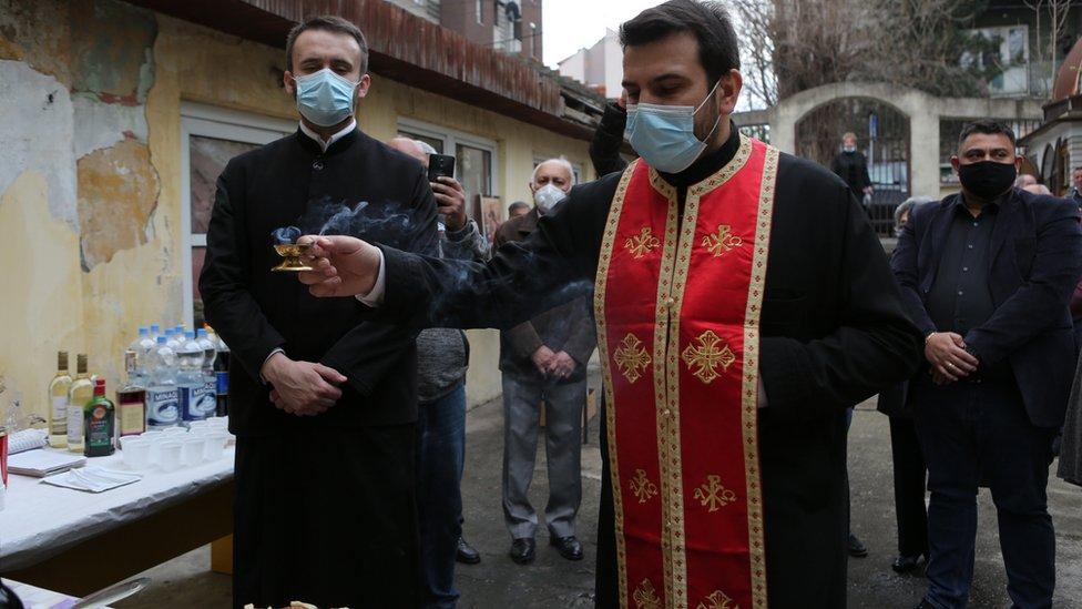 Tetkica Bibija, Romi, sveštenik