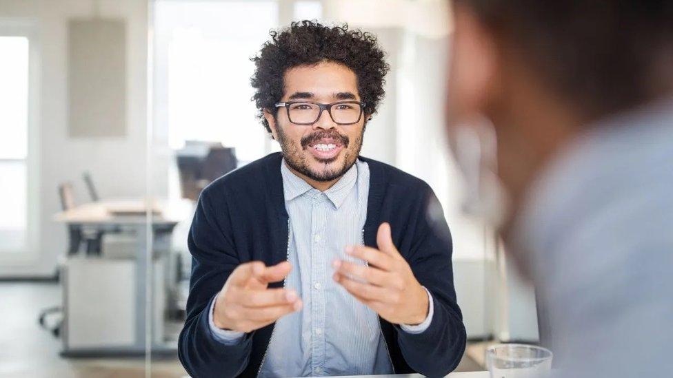 Sastanci u kancelariji mogu se održavati u različitim prostorijama, što nam omogućava različita iskustva da učvrstimo pamćenje