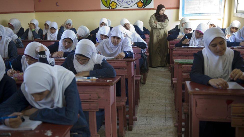 تلاميذ في قاعة امتحانات
