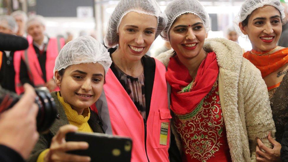 Premijerka Džasinda sa radnicama koje pakuju voće