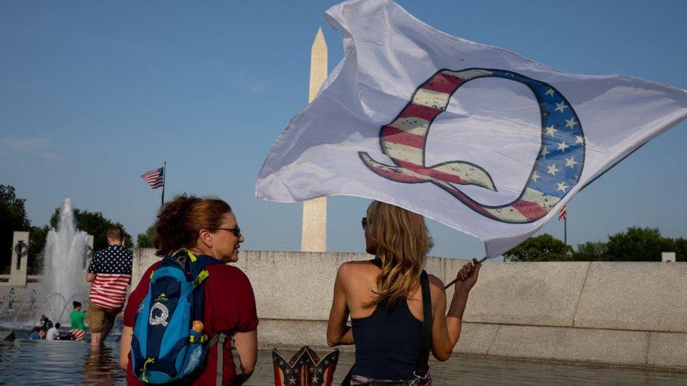 Duas mulheres em manifestação do QAnon em Washington