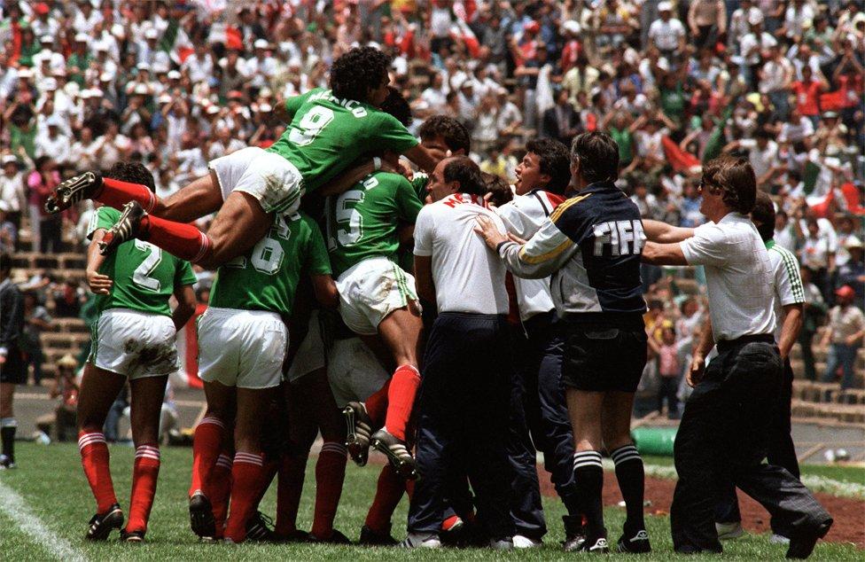 México celebra un gol contra Bélgica.