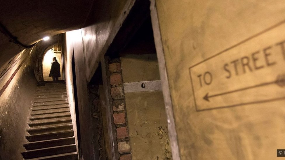 شخص يصعد سلم في نفق تحت الأرض