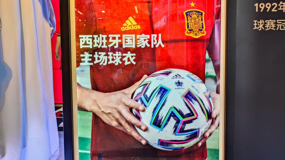 إعلان شركة أديداس باللغة الصينية.