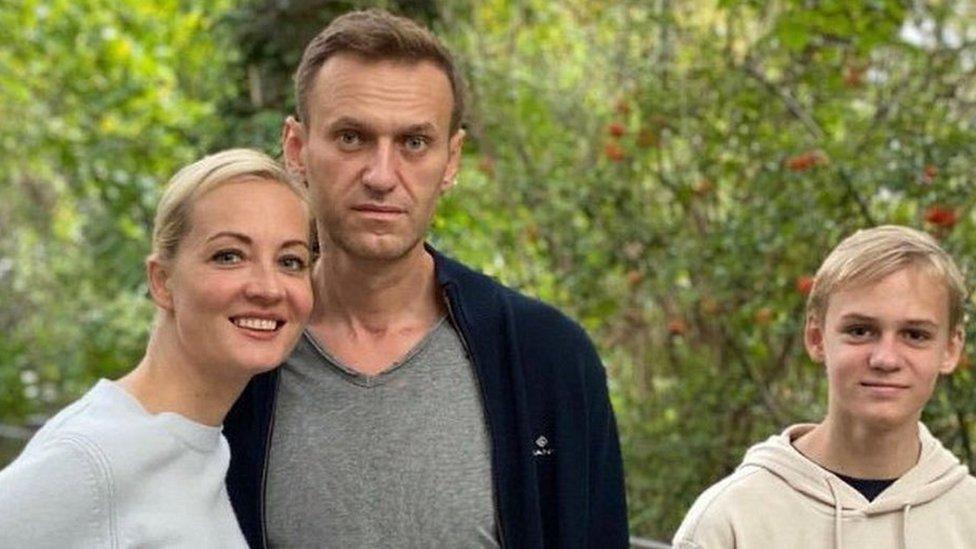 أليكسي نافالني بمع زوجته وابنه في أكتوبر/تشرين الأول 2020