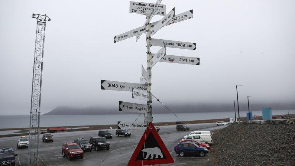 Longyearbyen, Norveç'in Svalbard takımadalarında, Spitsbergen Adası'nda küçük bir kömür madeni kasabası.