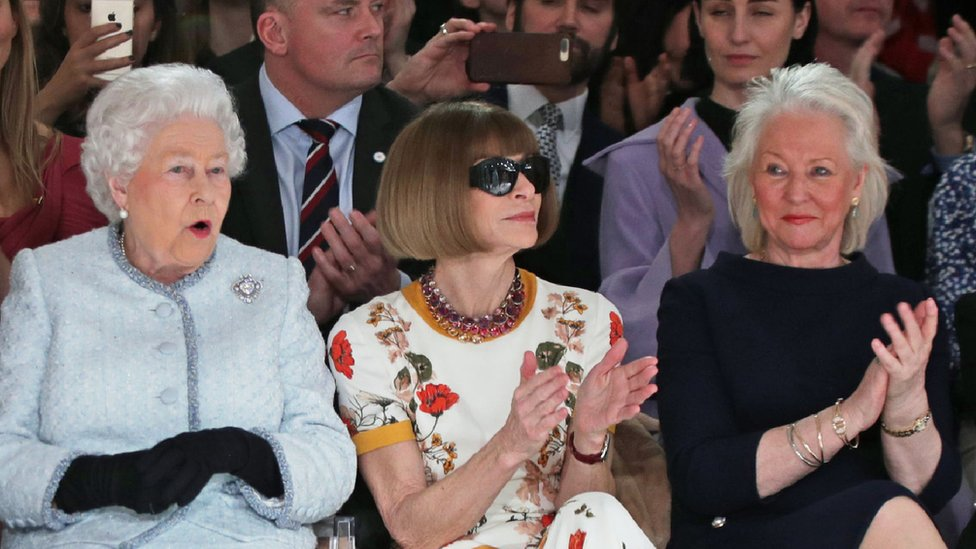 La Reina Isabel II, Anna Wintour y Angela Kelly.