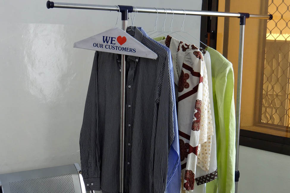 Dry cleaning rail