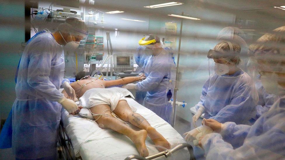 Trabajadores médicos atienden a un paciente de covid-19 en Porto Alegre, Brasil