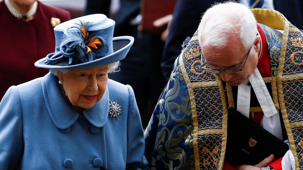 The Queen arrives to the service