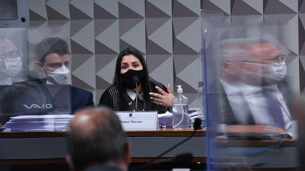 La abogada Bruna Morato habla ante la comisión parlamentaria de investigación para investigar el manejo del gobierno durante la pandemia de COVID-19, en Brasilia el 28 de septiembre.
