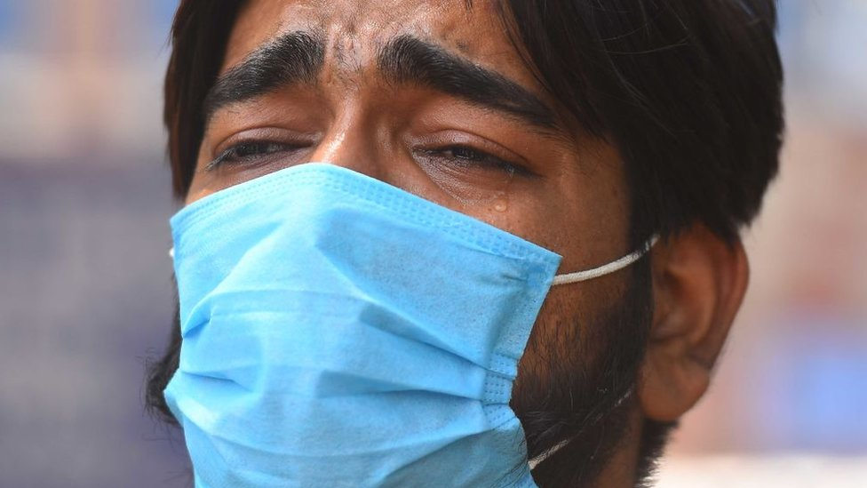 Hombre llorando en India.