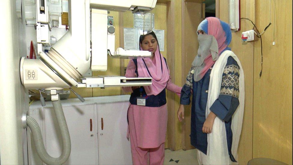 Sobia se prepara para someterse a una mamografía, en Lahore