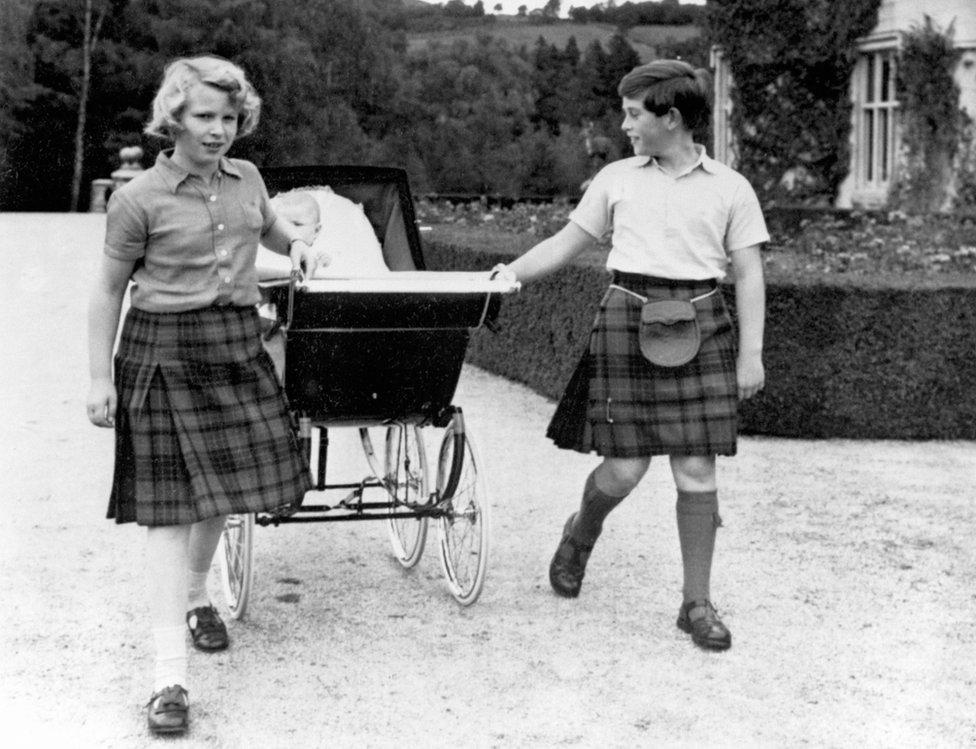 Princeza Ana i princ Čarls šetaju Endrua u kolicima