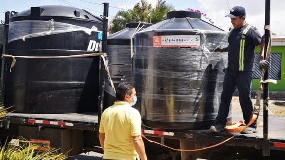 Diferentes métodos, como la distribución de tanques de agua, se utilizan en la región y el mundo ante la pandemia.