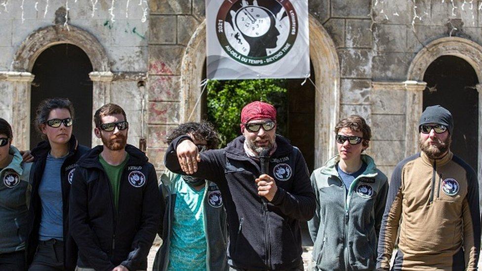 El explorador y científico Christian Clot (centro), con un grupo de voluntarios