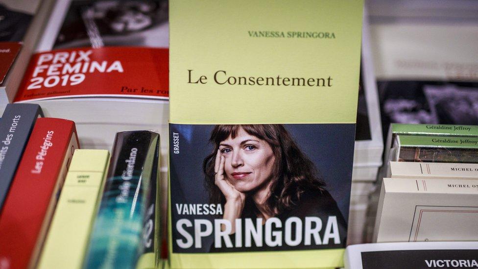 Le consentement en una librería.