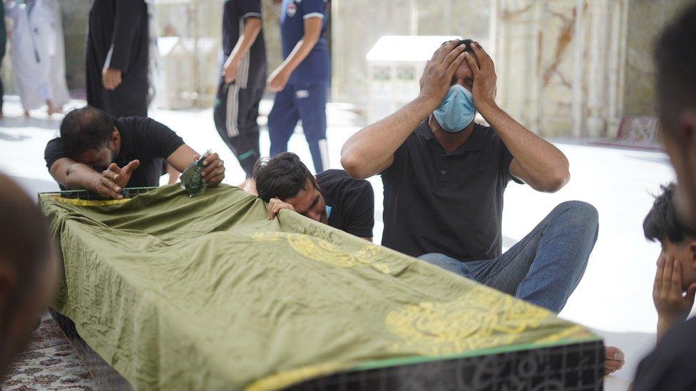 أقارب إحد ضحايا مستشفى الحسين بالناصرية لدى تشييعهم لجثمانه