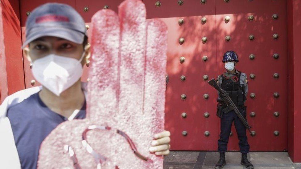 متظاهر في يانغون يحمل شعارا بات شائعا ضد الاستبداد