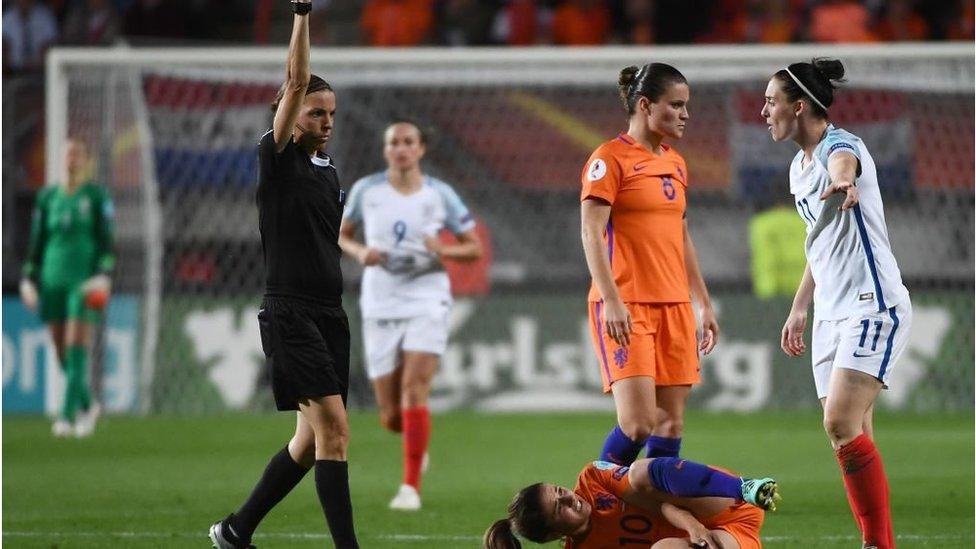لاعبة إنجليزية وأخرى هولندية