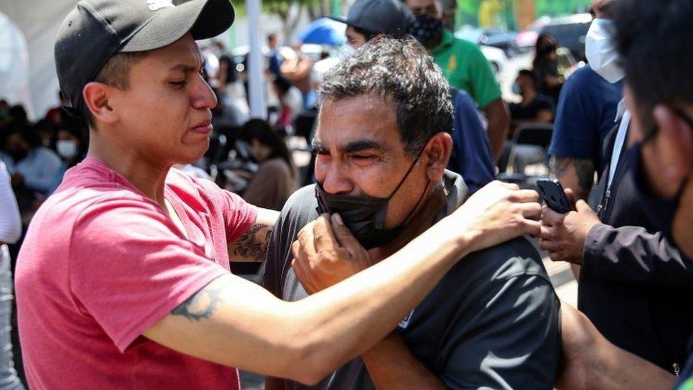 أقارب الضحايا يتفاعلون خارج مكتب المدعي العام في حي إزتابالابا