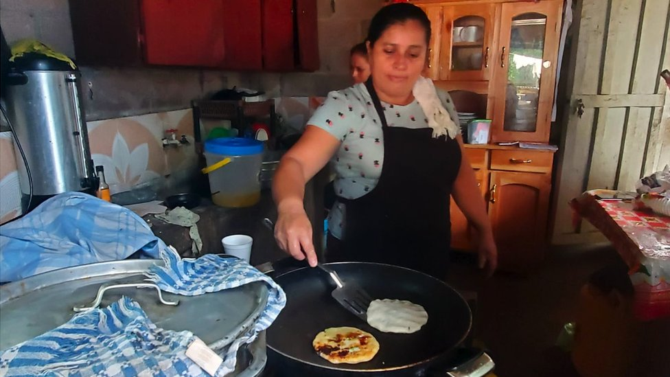 Mujer cocinando pupusas