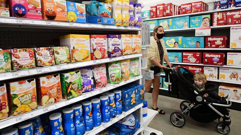 Proizvodi koji pomažu bebama kada im rastu zubi izloženi u prodavnici Target u Holivudu