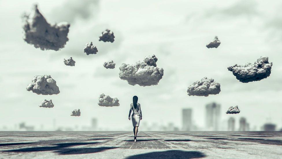Recreación de una mujer caminando entre nubes suspendidas.