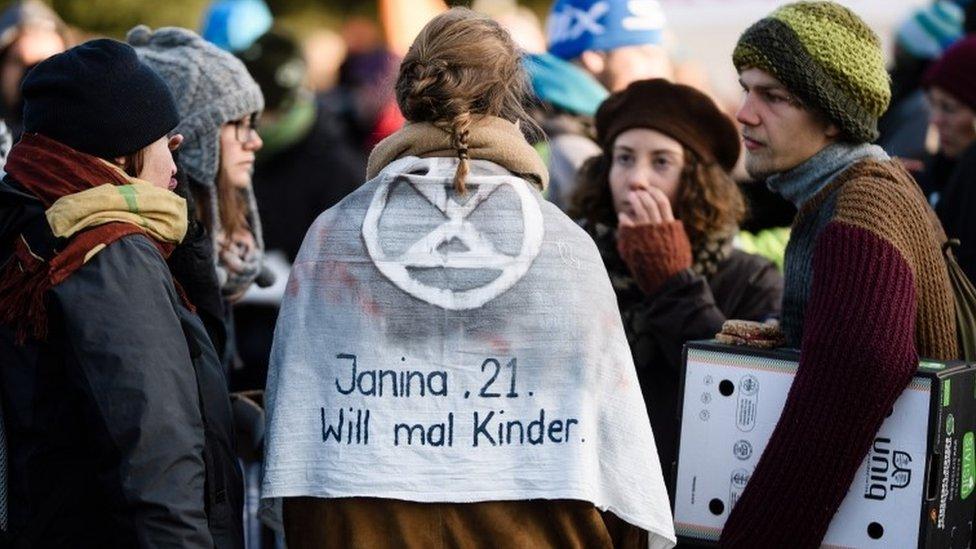 """Aktivistkinja u Berlinu nosi plašt na kome piše """"Džanina, 21, volela bi da ima decu"""""""