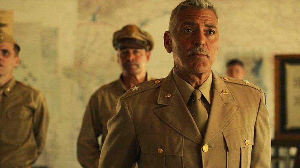 "George Clooney interpreta al teniente Scheisskopf en ""Catch-22""."