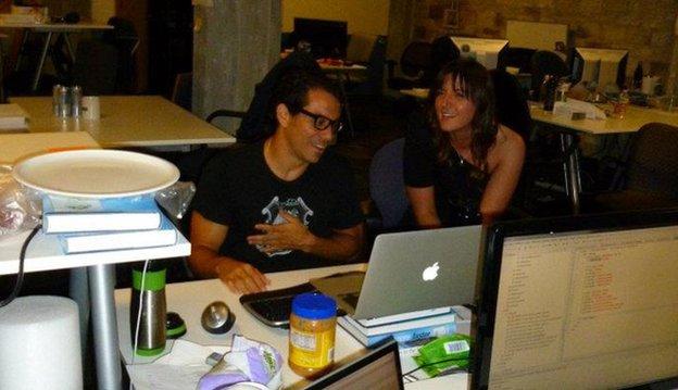 Manny Medina y una compañera de trabajo