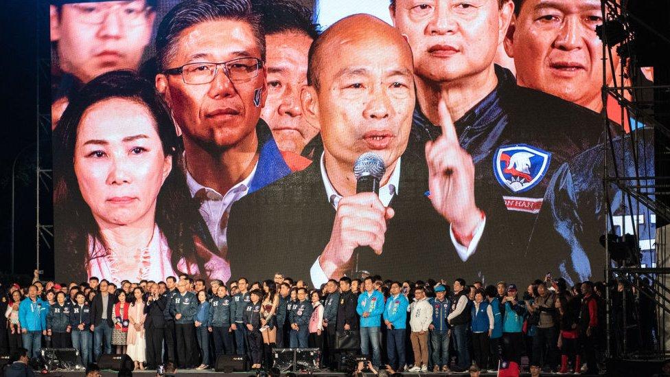 韓國瑜在造勢晚會上發言,身旁是妻子李佳芬。