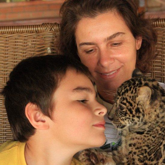 Tiago con su mamá y un cachorro.