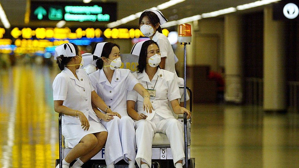 Enfermeras en un carrito de aeropuerto