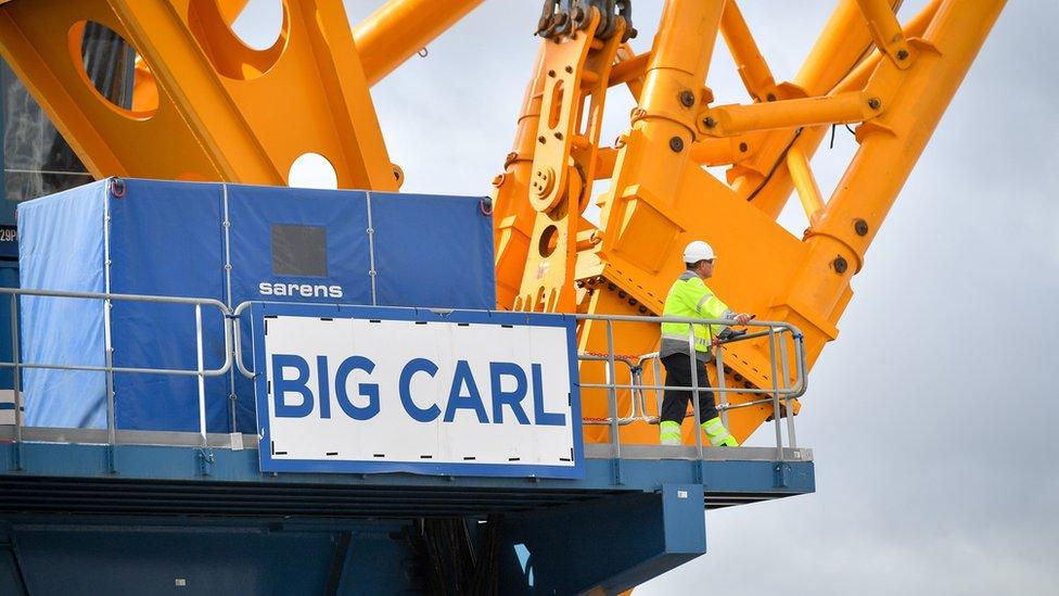 """El cartel de """"Big Carl"""", la grúa más grande del mundo."""