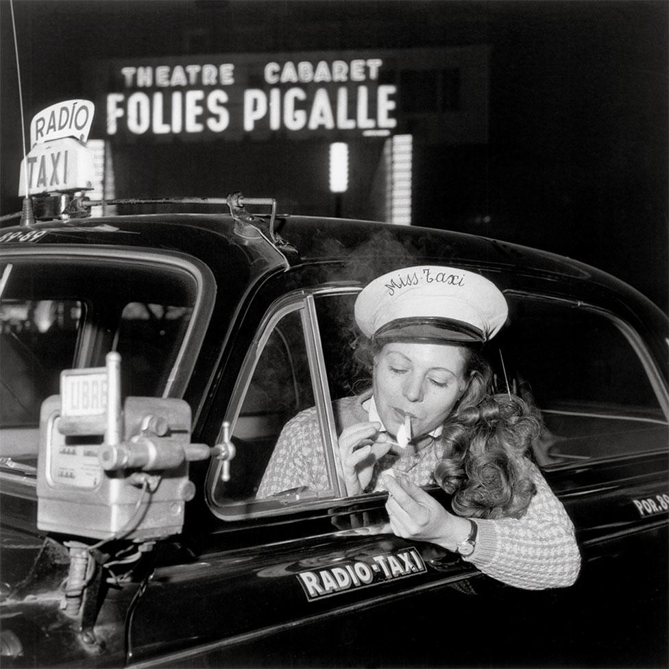 1958年,抽空抽煙的女出租車司機