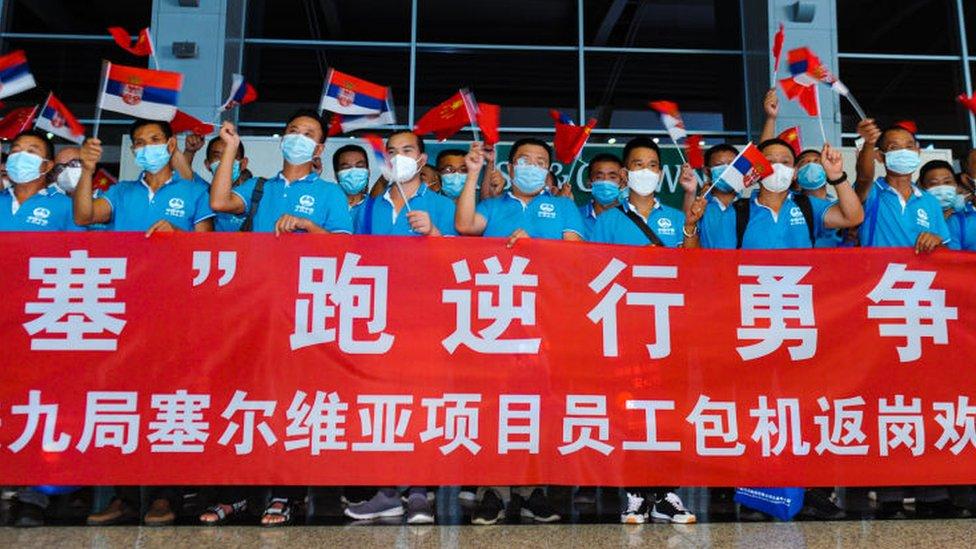 88 empleados chinos en el Aeropuerto Internacional Dalian Zhoushuizi rumbo a Belgrado, capital de Serbia, para participar en un proyecto minero.