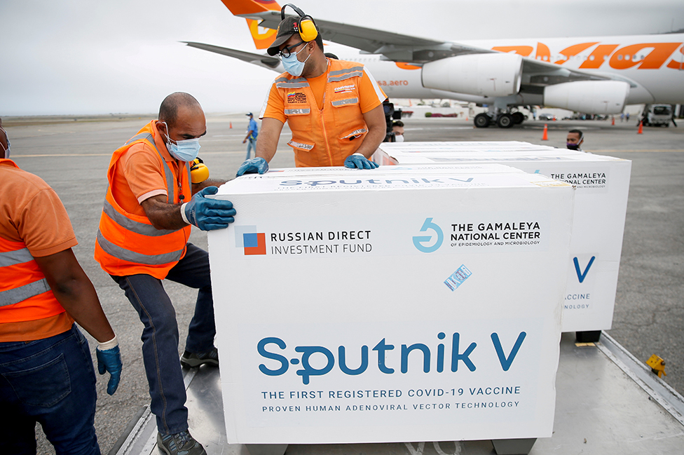 Cajas con vacunas Sputnik V arriban en mayo pasado al aeropuerto de Caracas