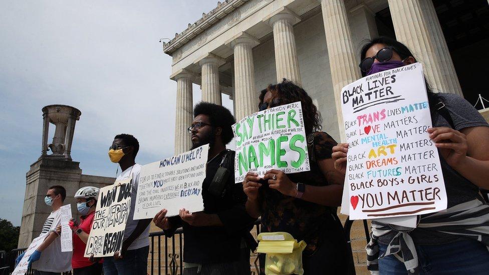 """متظاهرون يشاركون في احتجاجات """"بلاك لايفز ماتر"""" في واشنطن (6 يونيو/حزيران 2020)"""