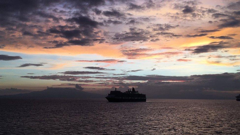 Matahari terbenam di Teluk Manila