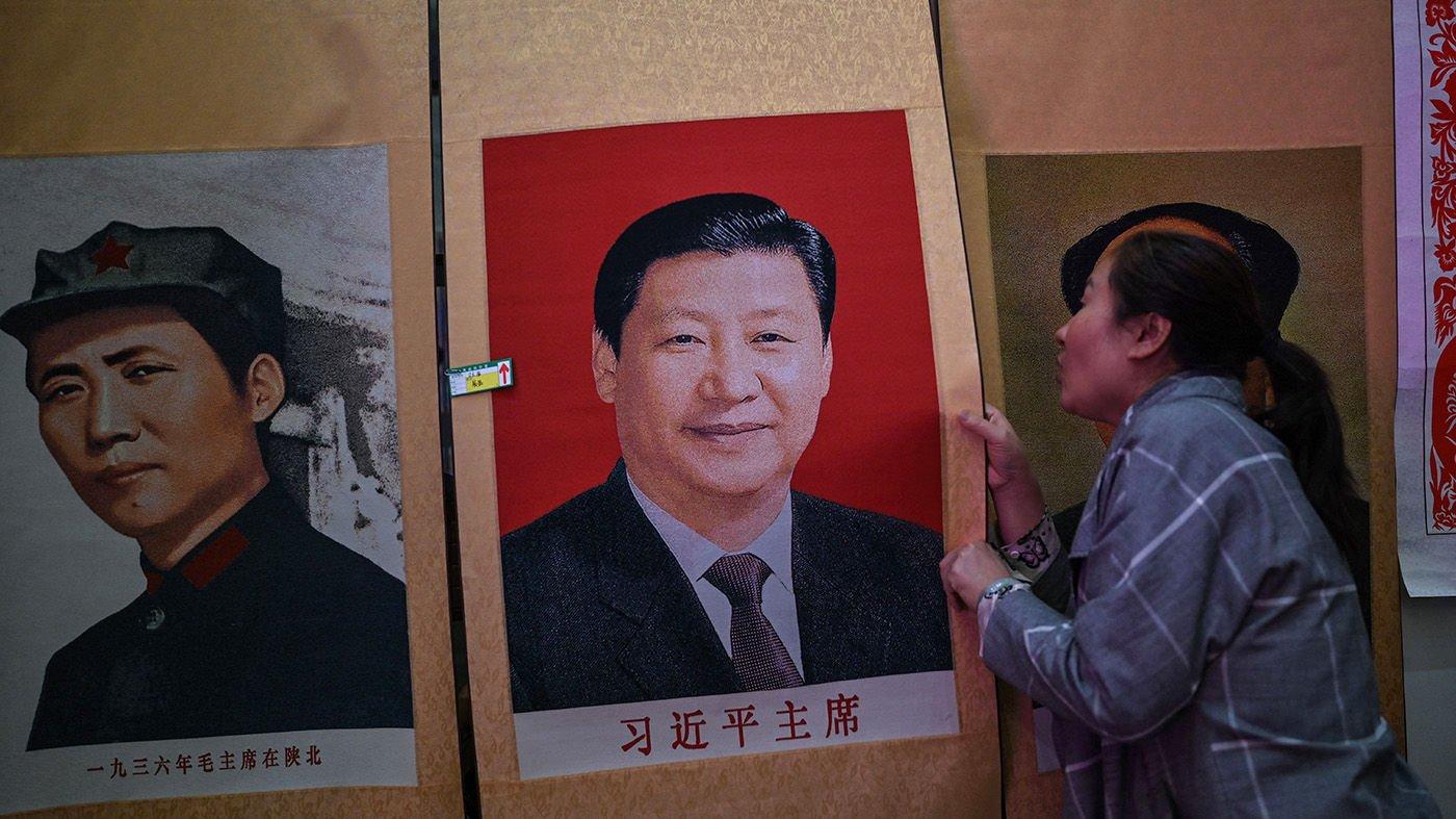 一名延安的賣家在銷售毛澤東和習近平的畫像。