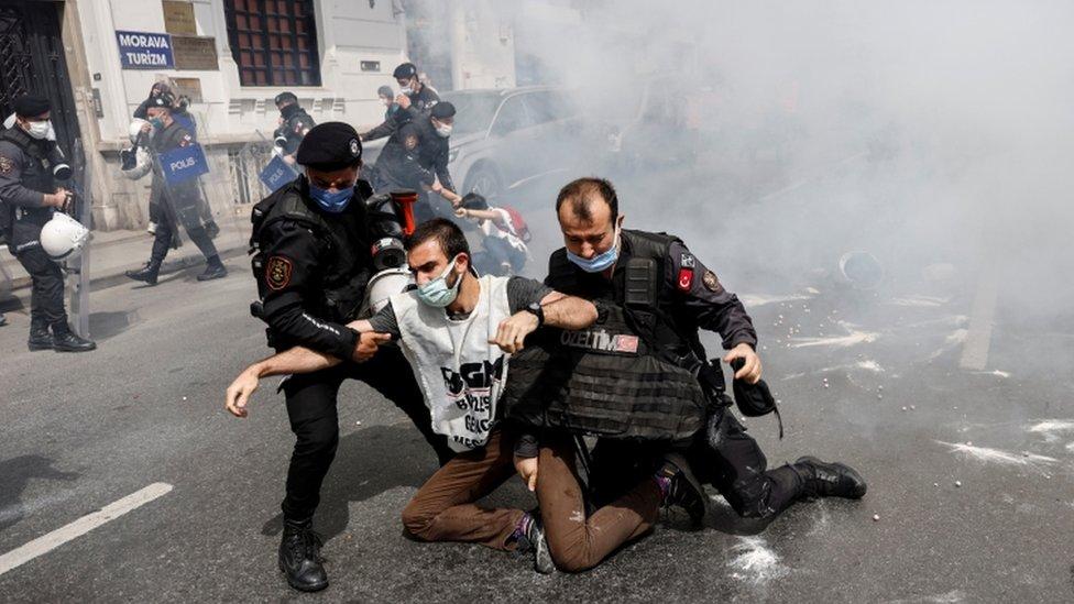 ضباط شرطة مكافحة الشغب يعتقلون متظاهرين أثناء محاولتهم تحدي الحظر والتقدم في مسيرة إلى ساحة تقسيم
