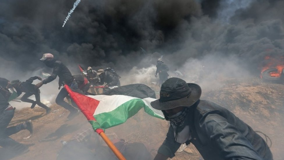 以色列向巴勒斯坦抗議人群發射催淚彈