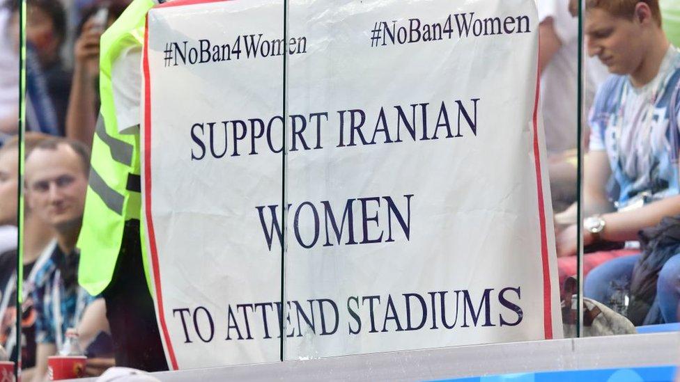 Pancarta en apoyo a las mujeres en Irán.