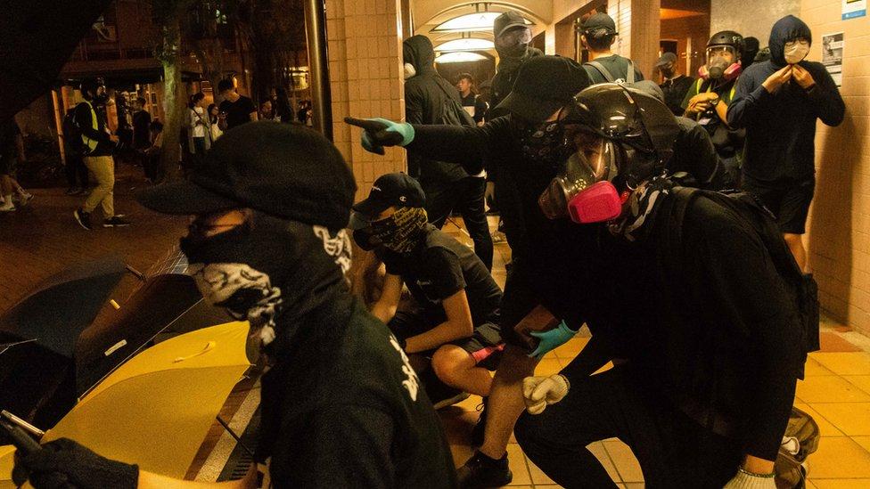 香港「反送中」示威者在將軍澳尚德邨內布防(5/11/2019)