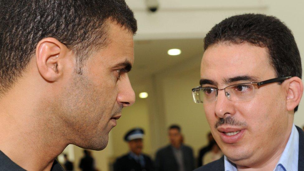 الصحفي توفيق بوعشرين (يمينا) مع رسام الكاريكاتور خالد كدار في محكمة الدار البيضاء في أكتوبر تشرين الأول 2009 عندما اتهما بإهانة العائلة الملكية