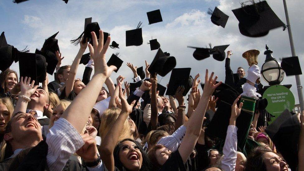 Університетський випускний в Британії: примхи, традиції та ціни