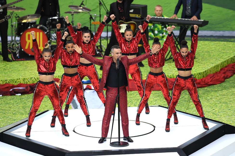El cantante británico Robbie Williams entonó sus mayores éxitos en la inauguración, en el estadio Luzhniki.