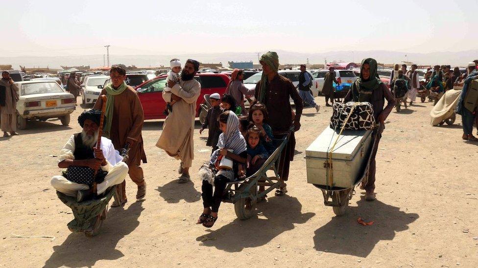 Personas cruzan la frontera con Afganistán, en Chaman, Pakistán, 20 de agosto de 2021.